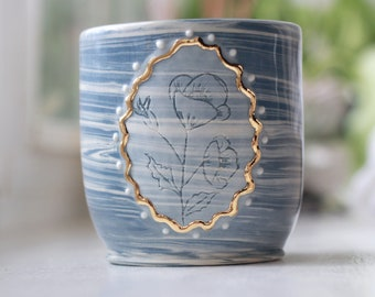 Blue marbled cup with framed flower