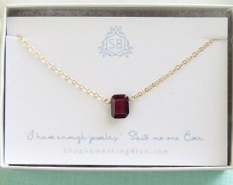 Collier grenat • émeraude • grenat janvier cadeau d'anniversaire • grenat de naissance • Rectangle à facettes rouge pendentif grenat rouge profond