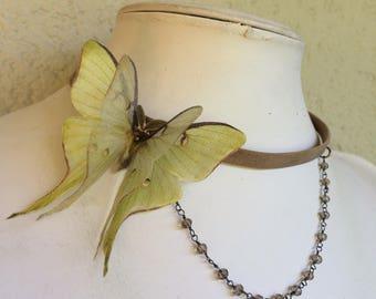 Victorien - tour de cou fait main en cuir Taupe avec papillon tissu vert en coton et Organza de soie et perles de verre de chaîne