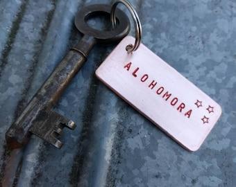HANDMADE alohomora harry potter sleutelhanger van koper - aluminium, sterren en rood - zwarte letters, gehamerde achterkant en oude sleutel