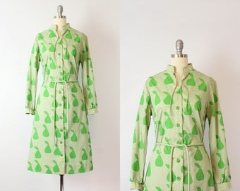 vintage 70s novelty print dress / 1970s VESTED GENTRESS pear print dress / fruit print dress / green belted shirt dress / food print dress