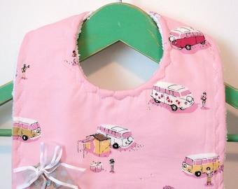Camping-cars rétro sur fond rose - bavoir pour bébé Minky