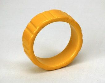 1950s bakelite bracelet bangle mustard yellow carved chunky