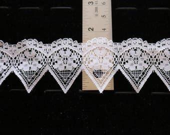 11-O Delicate white lace trim with points and curves