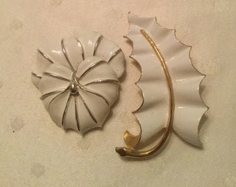 Lot of 2 vintage white enamel over gold tone 60s brooches