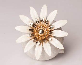 Vintage Sarah Coventry White Enamel and Gold Tone Daisy Flower Brooch, Fashion Petals, Jewelry for Women, Vintage Brooch, Free Shipping,