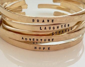 EINE personalisierte Armreif - inspirierend Schmuck - Stapeln Armbänder - zierliche Manschette - Wort-Armband - Gold Manschette - Geschenk für sie - Ziele