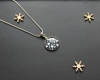 Necklace with black dots / white glass cabochon