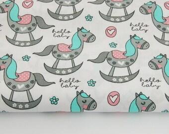 100% coton imprimé 50 x 160 cm, motif gris cheval à bascule sur un fond blanc