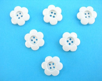 LOT 6 buttons: white 14mm flower