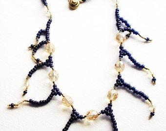 À la main collier tissé en perles de rocaille bleu marine et or flûte à Champagne