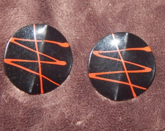 Vintage 80's Splatter Earrings Black And Red Enamel Round Eighties Disk Splatter Paint Stud Earrings