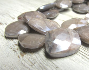 Perles de Pierre de lune grise 18 X 16mm Flashy à la main grise coupé à facettes Rectangles déséquilibrés (correspondance Non) - 6 pièces