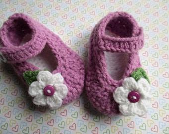 Pattini della neonata di uncinetto fatto a mano; pattini della greppia viola prugna; neonato, bambino pantofole, fiore bambino scarpe; pronto per la spedizione, venditore uk