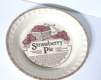 """112817B12 - Jeannette Corp.  11"""" Vintage PIE PLATE Strawberry Pie Recipe by Royal China Ribbed Edge Farm Kitchen Farm House"""