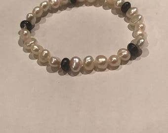 Black and white pearl strech bracelet