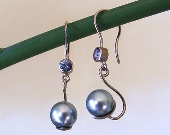 White gold earrings with blue spinel and Tahiti-pearls