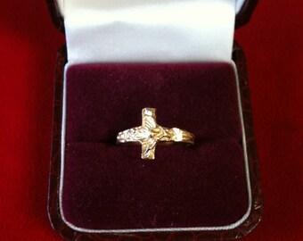 14 K Yellow Gold Crucifix Ring. 2.3 gm. Size 6. We Do Free Sizing.