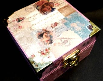 Shabby-Chic Retro Vintage -look Pink Trinket and treasures Box. Hand decorated with Retro look. Metal corners and clasp.