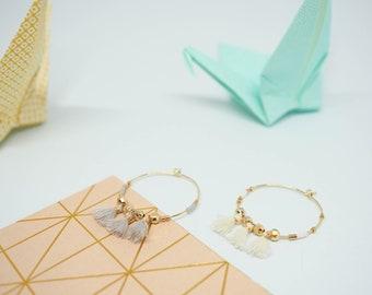 Hoop golden earrings with pompons,  minimalistic jewels, women gift, bijou créateur, boucles d'oreille créoles à pompons gris ou blanc