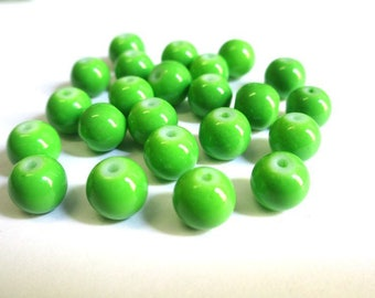 10 green glass beads painted 8mm (R-55)