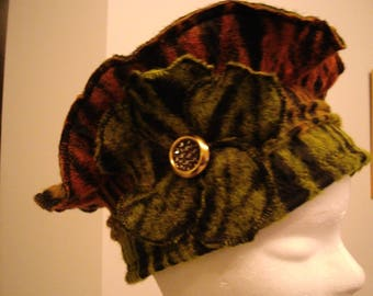 Orange beret Beanie green wool with its pretty green flower and its beautiful golden button.