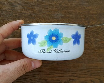 Vintage small enamel bowl with retro flower print Small enamel bowl Plant holder Trinket dish Retro kitchen dish Cottage Old kitchen decor