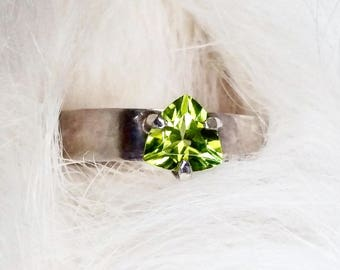 Peridot Ring August Birthstone Ring August Birthday Green Ring Trillion Cut Stone Trillion Ring Peridot Jewelry August Ring Bohemian Ring