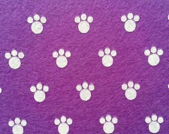 feuille de feutrine   15 cm *15cm de couleur violet et blanc  motif pattes