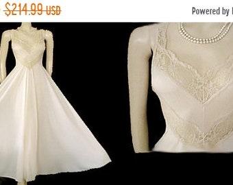 SALE Vintage Olga Nightgown Grand Sweep 16 Feet Spandex Lace Chevrons Malted Milk vintage nightgown ivory nightgown spandex nightgown 70s go