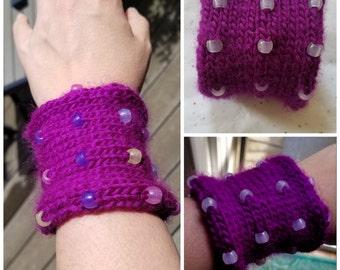 Knit Bracelet with UV-Sensitive Beads