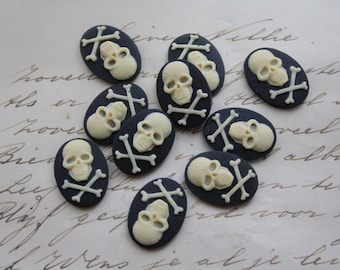 Skull Cameo Cabs. Unset Cameo Cabochons Skull Ivory Black 18x13mm - 10 PIECES