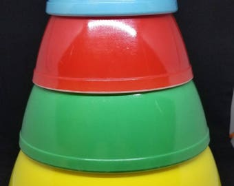 Vintage  Pyrex mixing bowls  4 piece primary colors