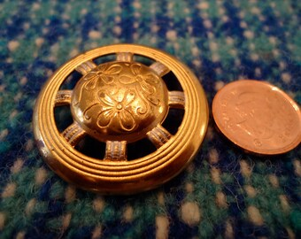 """1 Vintage button gold toned brass, ships wheel design. 1.25"""" inches across .  UNK/P10/11-12.1-16(1)."""