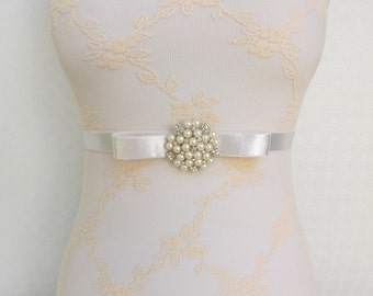 Ivory elastic waist belt. Bow belt. Ivory pearls and rhinestone center piece. Bridal ivory wedding belt.
