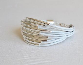 Weißes Leder Manschette Armband mit Silber Tube Perlen - Multi-Strang Armreif Frauen... von B eine L-O-O-S