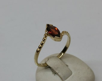 Ring 333 gold Garnet stone shabby vintage GR402