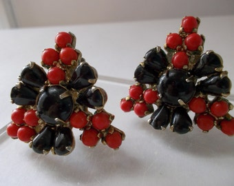 Chic 1940's Era Triangular Beaded Black & Red Glass Clip Earrings/ Retro Style/ BLACK n RED FASHION Vintage Jewelry