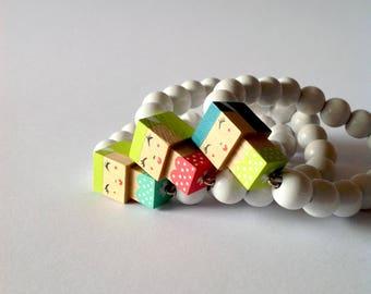 """Bracelet figurine bois cubique """"Pin-up"""" perles bois laquées blanches"""