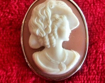 Gold tone vintage cameo brooch / pendant with cream bust of vintage lady