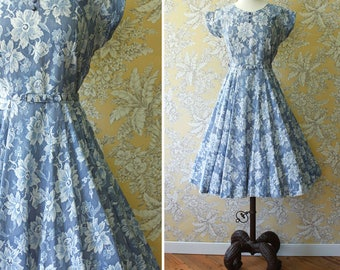 vintage 1950s dress <> 1950s cotton dress <> 50s cotton day dress with lace look print <> blue and white cotton day dress