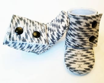 Baby Booties, Baby Gifts, Stay-on Boots, Fabric Baby Boots, Neutral Baby Boots,  Baby Shower, black Stay-on Booties, Tan Aztek Baby Boots