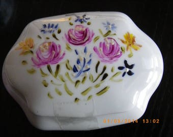 painted porcelain box made of 9 cm x 8 cm with roses