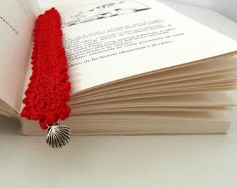 Red crocheted bookmark with a shell. Nautical bookmark in red for book lovers with a charm