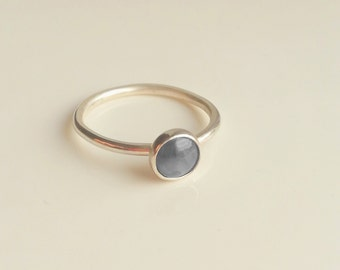 PEBBLE - Grey Misty Stone Sterling Silver Solitaire Stacking Ring Band