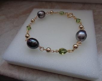 Gold bracelet with Tahiti beads and Peridot