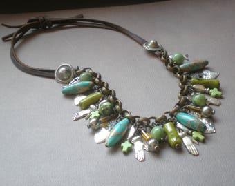 Gypsy Style Sea Sediment Jasper Pierre collier. Vert Jade corail. Charmes de sacré à la main. Ex Voto cadeau recyclé Milagro.  Collection de Frida Kahlo