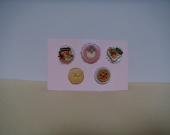 A set of 5 miniatures cakes and pies.