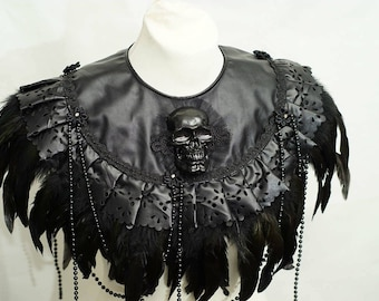 Gothic Black pvc leather skull collar Cape with  coquefeathers / schwarzer Totenschädel Kragen aus Kunstleder mit Federn