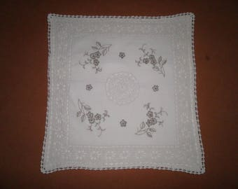 Cushion cover in overlay crochet and fabric